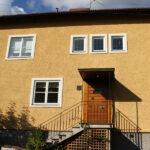 Putsad fasad med spritputs belägen i Bromma,