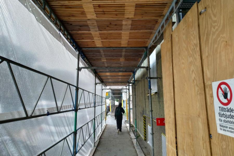 Fasadrenovering och alternativ att montera byggnadsställning.